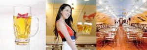 8月11日に1日限定で飲み放題を1000円(税別)で提供する「ビアカーニバル新橋店」。バドガールがメニュを運んでくる。