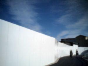 アートギャラリーエムハッシー(Art Gallery M84)で8月1日から13日まで開かれる林敏弘さんの「流れる時間と遊ぶ光」に展示される「白い塀」(2013年、船橋市本町の小学校解体現場、税別3万円)。