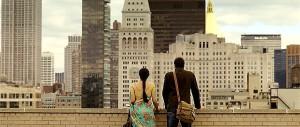シャシに恋する若者と2人で屋上から眺めるニューヨークの町並み。この後、2人はさらに接近してしまうのだが。