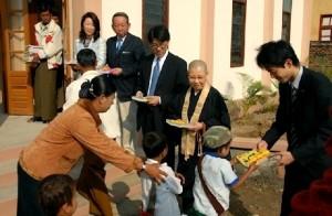 「ミャンマー祭り2013」を共催し、シンポジウムに出演する安倍昭恵さん(左から2人目)。。立教大学大学院21世紀社会デザイン研究科修士課程を修了した際の修士論文は「ミャンマーの寺子屋教育と社会生活—NGOの寺子屋教育支援」で、自ら実践している活動を論文にした。